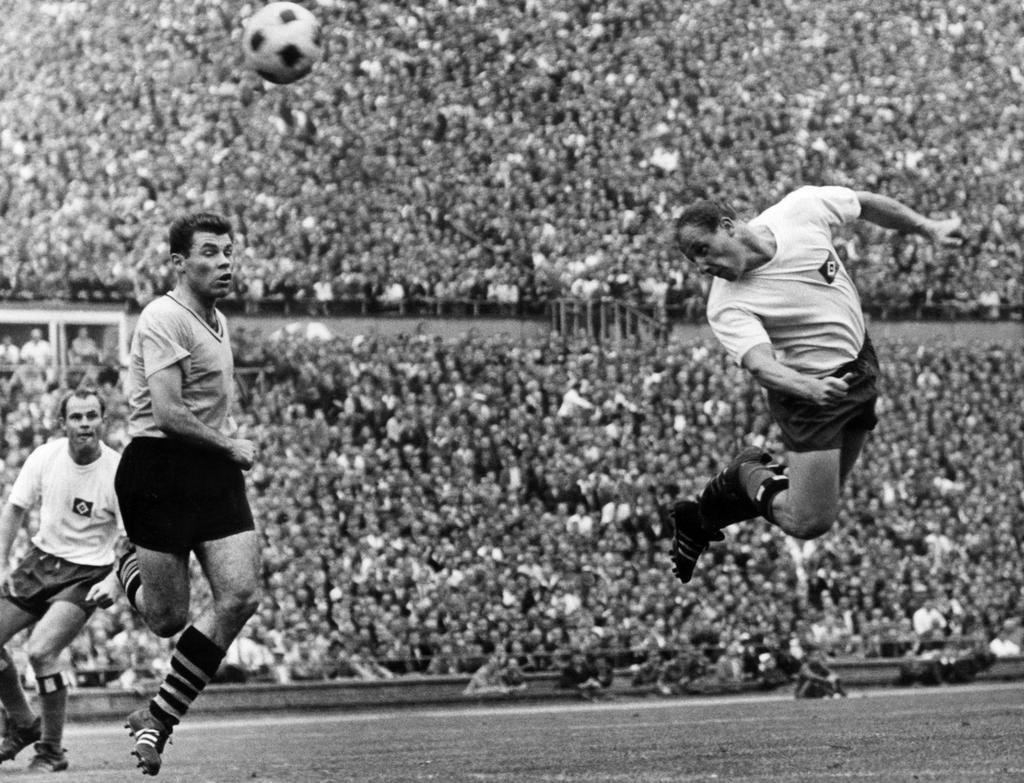 Uwe Seeler, conocido por su potente juego aéreo. Imagen: www.emsdettenervolkszeitung.de