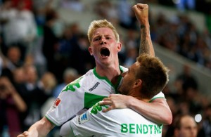 Los dos protagonista del empate del Wolfsburg celebran el gol que a la postre llevó a 'los lobos' a ganar la Supercopa en los penales. Imagen Fuente: sport1.de