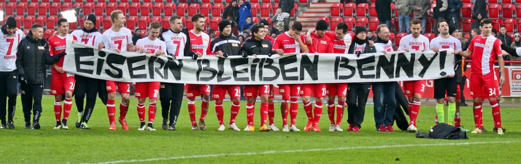 Con esta pancarta, los compañeros expresaron su apoyo. Imagen: union-berlin.com