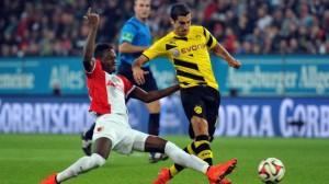Baba (izquierda) en un balón dividido junto a Mkhitaryan (Borussia Dortmund, derecha). Imagen procedente de: fussballtransfers.com