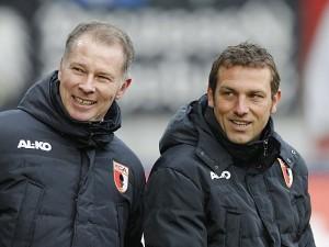 Stefan Reuter (presidente del Augsburg, izquierda) junto al entrenador Markus Weizierl (derecha). Imagen procedente de: mediadb.kicker.de