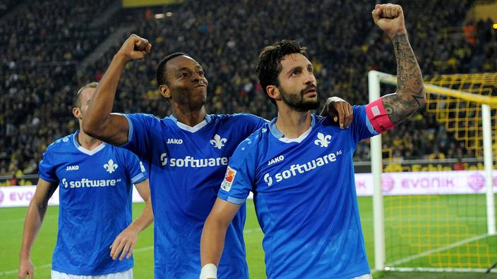 El capitán del Darmstadt Aytaç Sulu (junto al costarricense Junior Díaz) celebra el gol que dejó al Dortmund sin los 3 puntos en su casa este último fin de semana. Fuente: sportschau.de