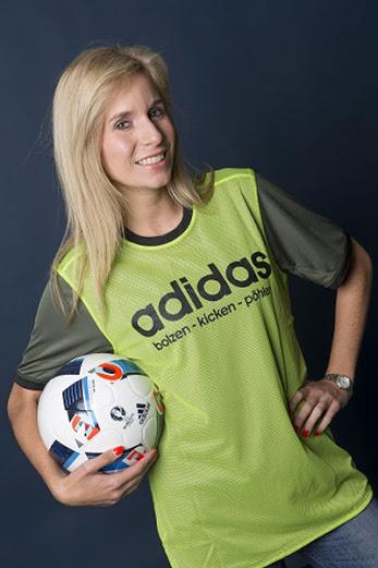 """La camiseta de visitantes de la Mannschaft es reversible; perfecto para un poco de """"kicken"""". (Imagen vía: footbyheadlines.com)"""