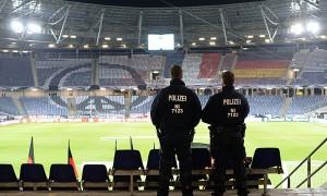 Fußball, Länderspiel: Deutschland - Niederlande am 17.11.2015 in der HDI-Arena in Hannover (Niedersachsen). Zwei Polizisten stehen auf der Tribüne. Nach den Terroranschlägen von Paris wurde das Spiel kurzfristig abgesagt, das bereits geöffnete Stadion wurde evakuiert. Foto: Julian Stratenschulte/dpa