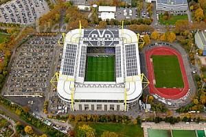 Signal Iduna Park (izquierda, estadio del Borussia desde el 1974 hasta la actualidad) y Stadion Rote Erde (derecha, construido en 1926 y sede del BVB desde el 1934 hasta el 1974. Actualmente es el estadio donde las categorías inferiores del Dortmund disputan sus encuentros). Imagen procedente de: arco-images.de