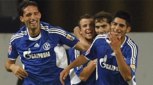El peruano Carlos Zambrano (extremo derecho de la foto) pudiera volver al club que lo hizo surgir como central en Alemania. Foto de elcomercio.pe