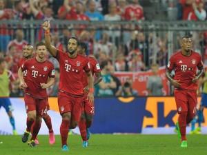 Mehdi Benatia (pulgar hacia arriba) celebrando el gol que inauguraba la temporada actual de la Bundesliga. Imagen procedente de: cde.peru.com