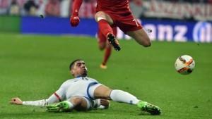 Leon Balogun realizando una segada a Franck Ribéry.  Imagen procedente de: bilder.t-online.de
