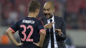 Pep, explica a Kimmich cómo posicionarse en el partio frente al Olympiacos. Foto: AP/dpa