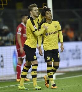 Marco Reus (izquierda) celebrando el gol de su compañero Shinji Kagawa (derecha) a asistencia suya. Imagen procedente de: i.dailymail.co.uk