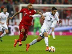 Arturo Vidal (izquierda) intentando parar a Yunus Malli (derecha) en un lance del partido. Imagen procedente de: mundodeportivo.com