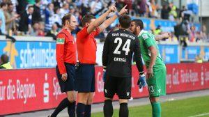 Ortega y Molders protestan sin mucho éxito a los colegiados tras el gol fantasma concedido. Foto de:images.sport1.de
