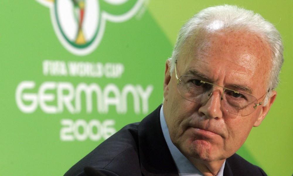 En esta foto de archivo del 29 de junio de 2006, el presidente del comité organizador de la Copa del Mundo de 2006, Franz Beckenbauer, habla con la prensa en Berlín. (AP Photo/Markus Schreiber,file)