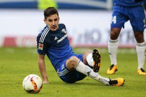 Hübner intenta despejar un balón desde el suelo en un partido de la presente temporada frente al Hamburgo.