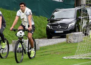 Hummels pasea en bici en la concentracion con la Mannschaft.