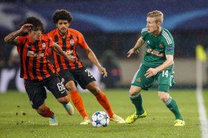 Kainz intenta controlar un balón delante de Taison y Azevedo en un partido de la UEFA Europa League de la pasada temporada.