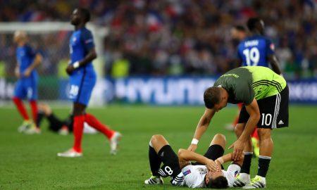 Podolski consuela a Özil. Se acabó el sueño europeo. Fuente: Lars Baron/Getty Images