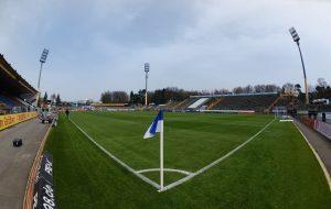 Aquí tenemos el Merck-Stadion am Böllenfalltor visto desde uno de los córners del terreno de juego.