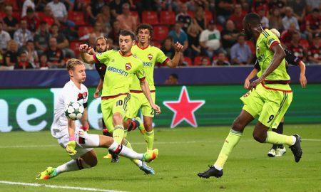 Alan Dzagóev (2° desde la izq.) marcó uno de los dos goles que frustraron el debut del Bayer Leverkusen en casa el miércoles pasado en Champions. (Foto: Alex Grimm/Bongarts/Getty Images)