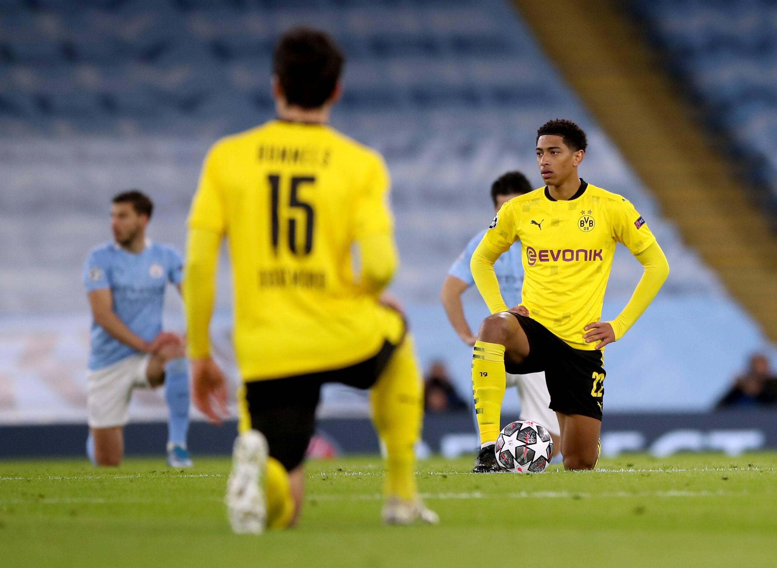 Jude Bellingham se arrodilla antes del encuentro del Borussia Dortmund ante el Manchester City por la UEFA Champions League. Fuente: Imago Images