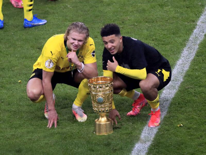 Haaland y Sancho posando con la Pokal. Foto: Imago
