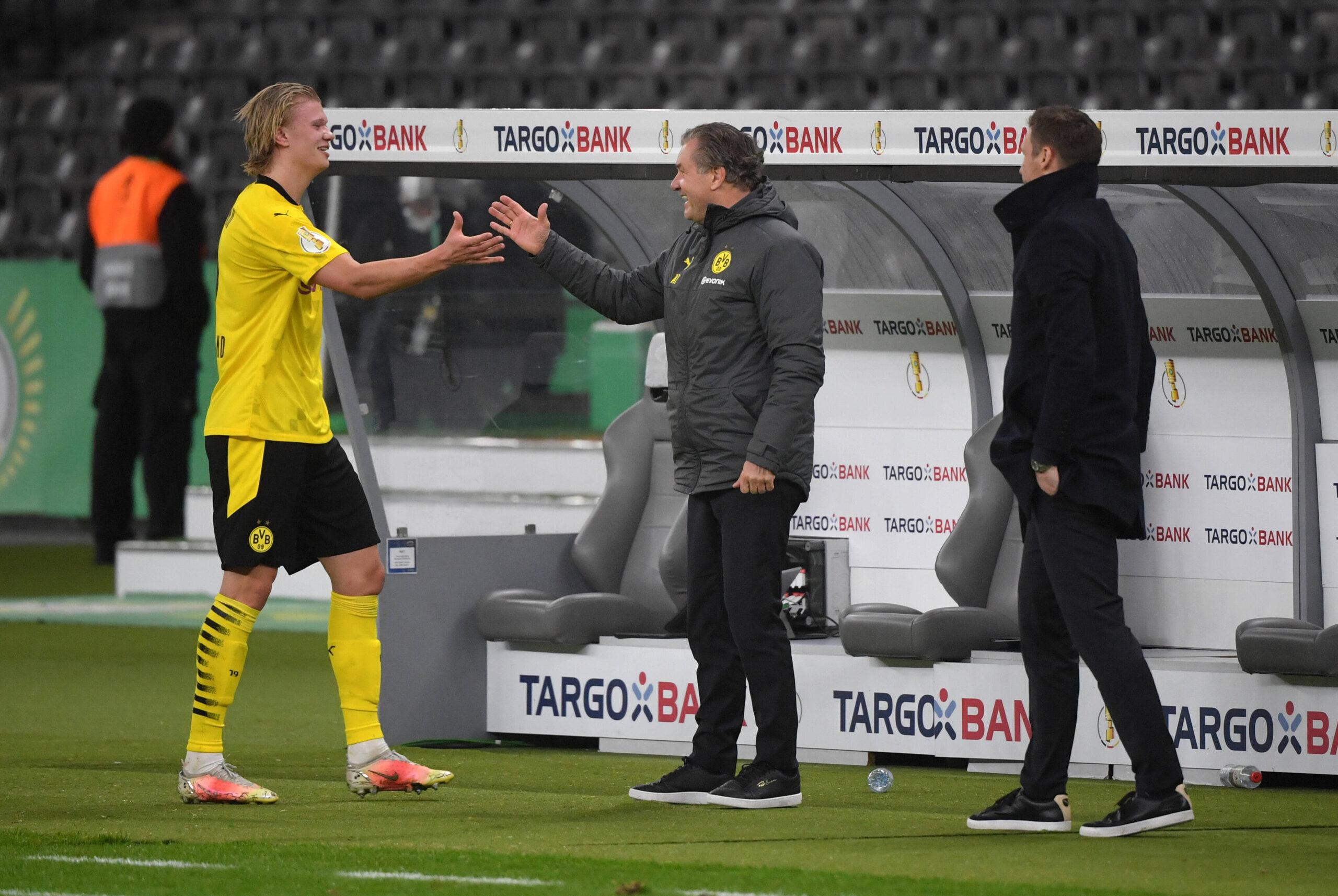Erling Haaland estrechando manos con Michael Zorc. Foto: Imago.