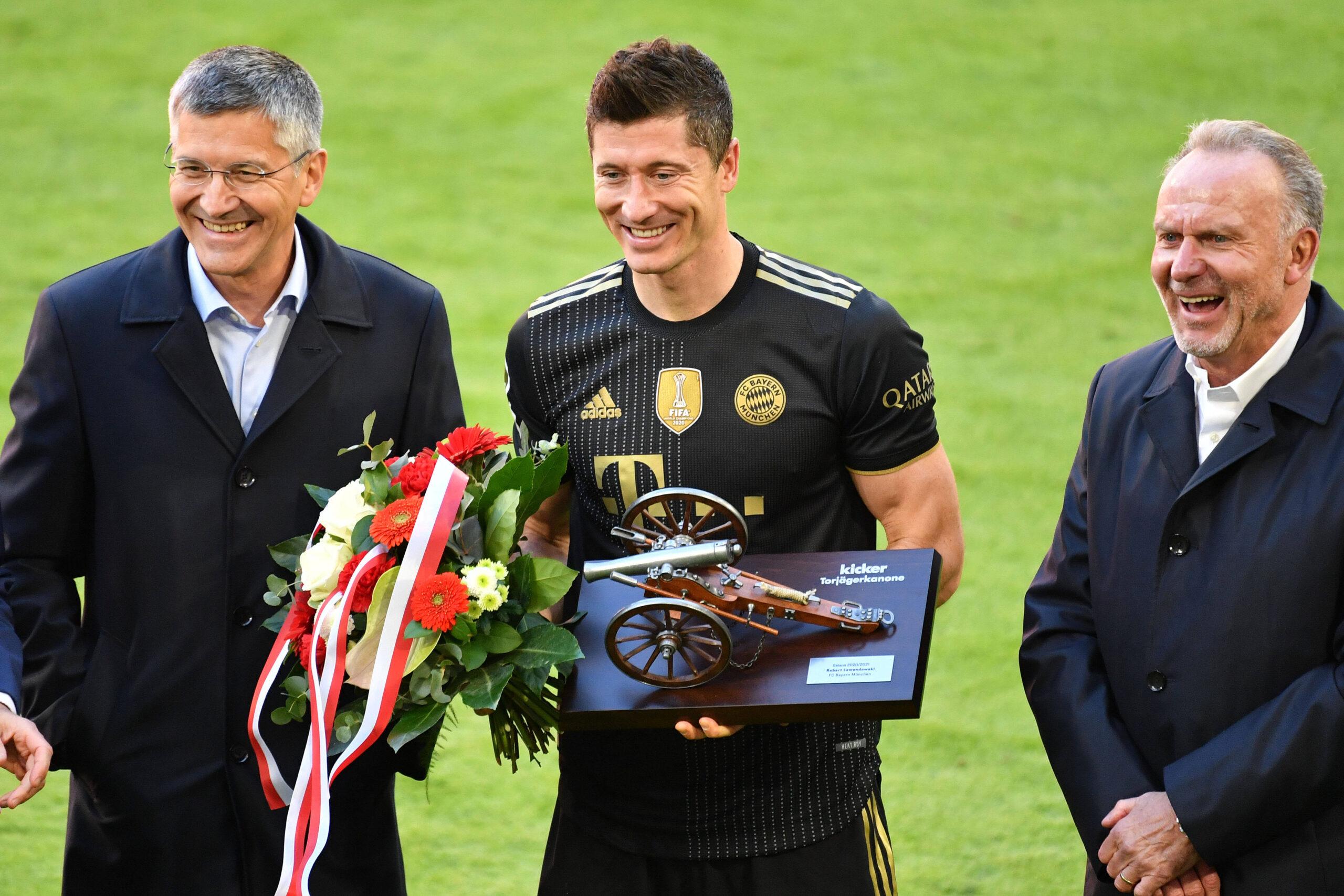 Lewandowski junto a Herbert Hainer (izquierda) y Karl-Heinz Rummenigge (derecha) con el premio al máximo goleador del año en Bundesliga. Foto: Imago
