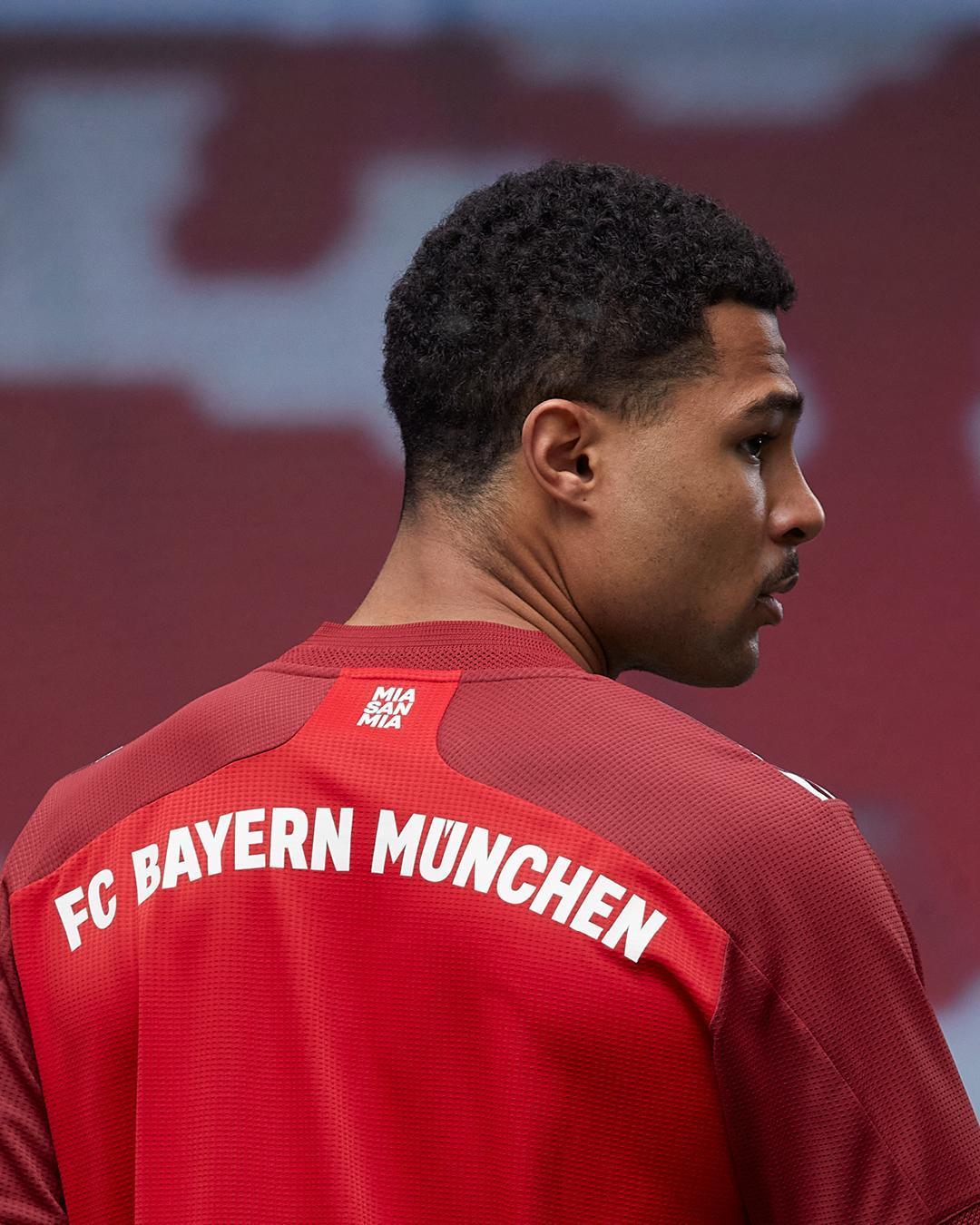 """Detalles de la equipación en la espalda y el lema """"Mia San Mia"""" en el cuello. Foto: Twitter FC Bayern"""