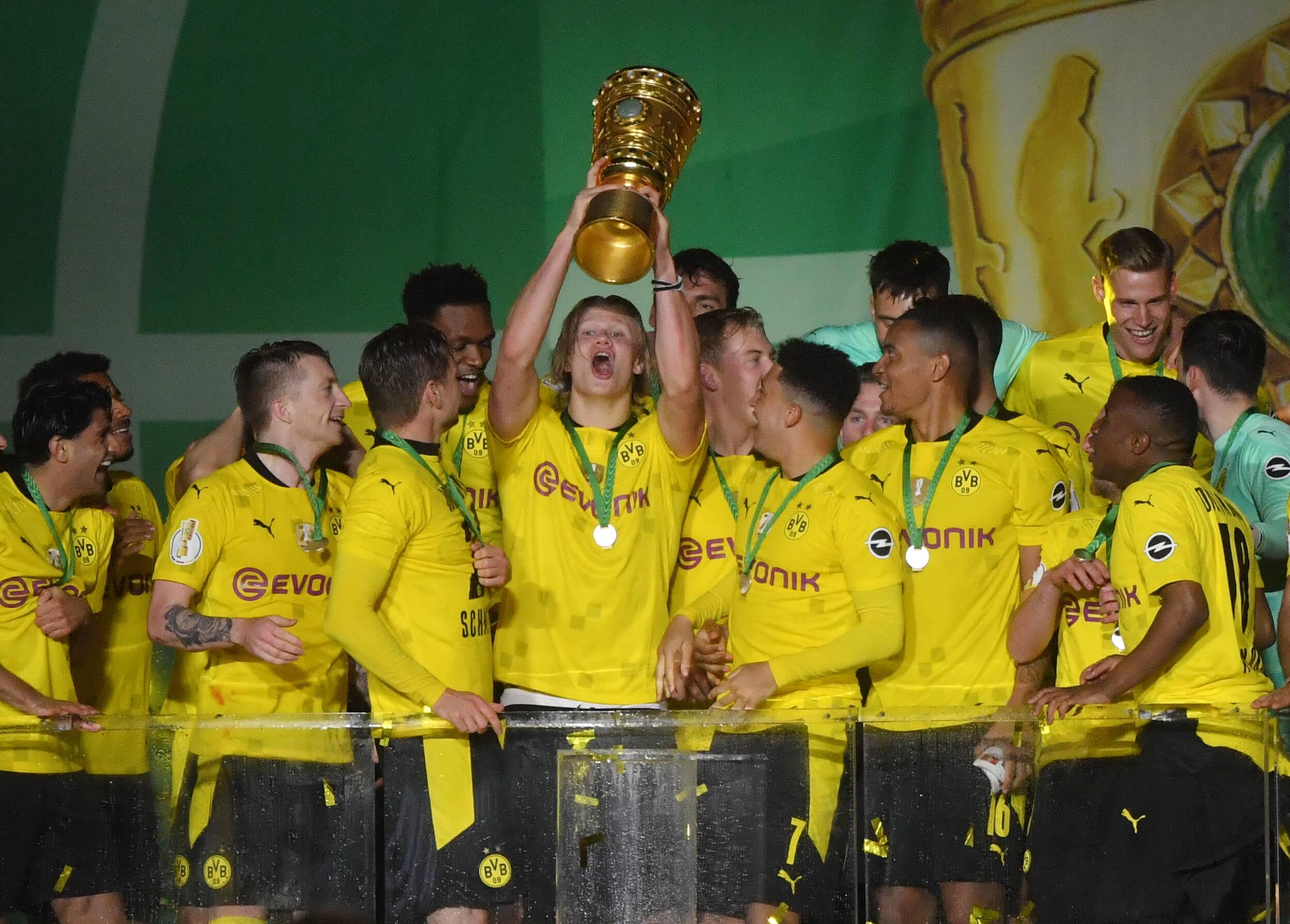 Erling Haaland levanta la DFB Pokal ganado por Borussia Dortmund la temporada pasada. Foto: Imago.