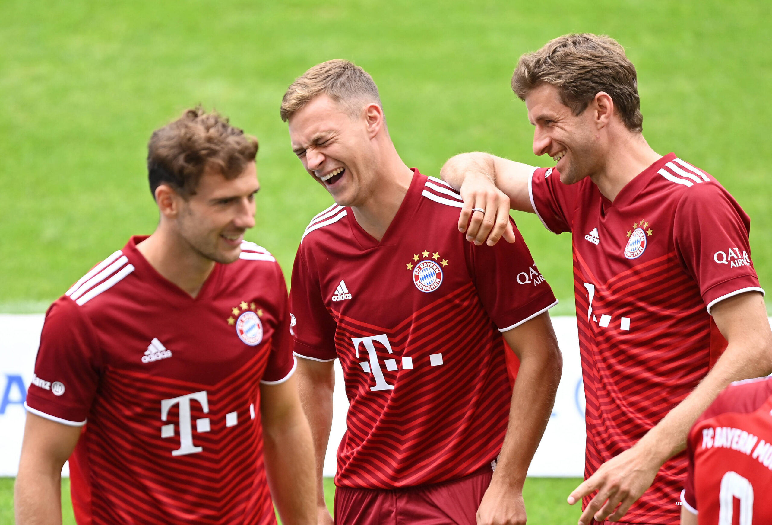 Joshua Kimmich se ríe junto a Thomas Müller y Leon Goretzka en la presentación del equipo del FC Bayern München. Fuente: Imago Images