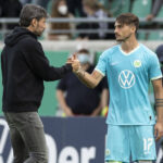 Mark van Bommel junto a Maximilian Philipp, el jugador que el Wolfsburg no debió sustituir. Foto: Imago