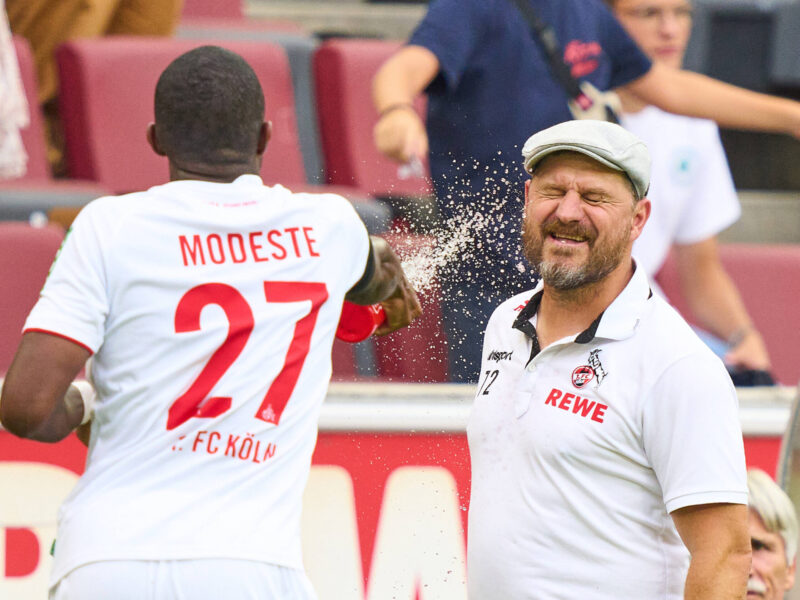 Anthony Modeste en el momento exacto cuando empapa a Steffen Baumgart. Foto: Imago.