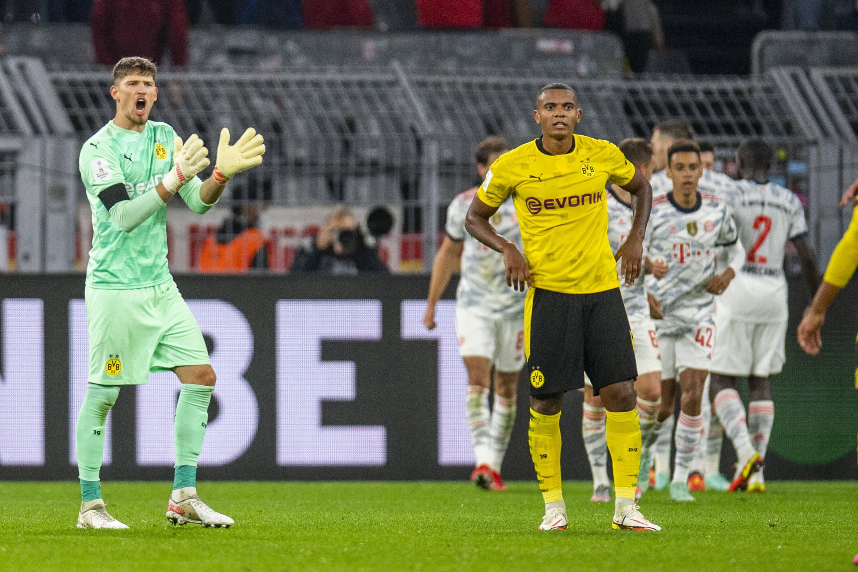 Kobel alienta a sus compañeros tras el error de Akanji y el gol del FC Bayern. Foto: Imago
