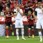 Jugadores de Borussia Mömchengladbach se lamentan mientras Bayer Leverkusen celebra el segundo gol de la tarde. Foto: Imago
