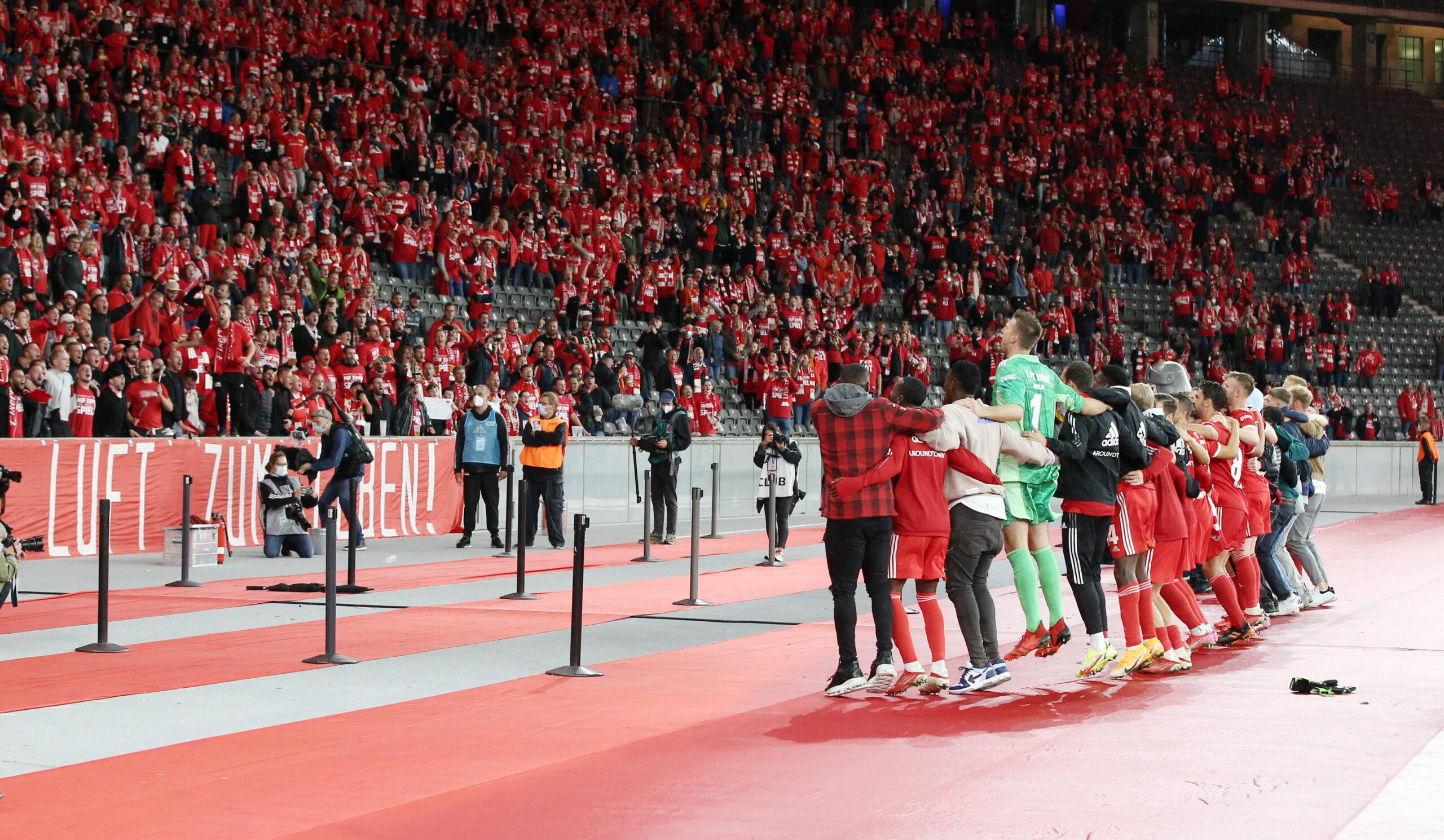 Los jugadores del Union Berlin celebran frente a los fanáticos en el Olympiastadion. Fuente: Imago Images