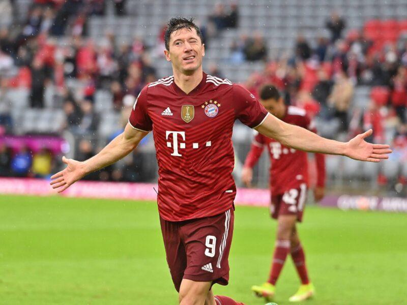 Robert Lewandowski se llevó la pelota a su casa en el FC Bayern München - Hertha BSC. Foto: Imago.