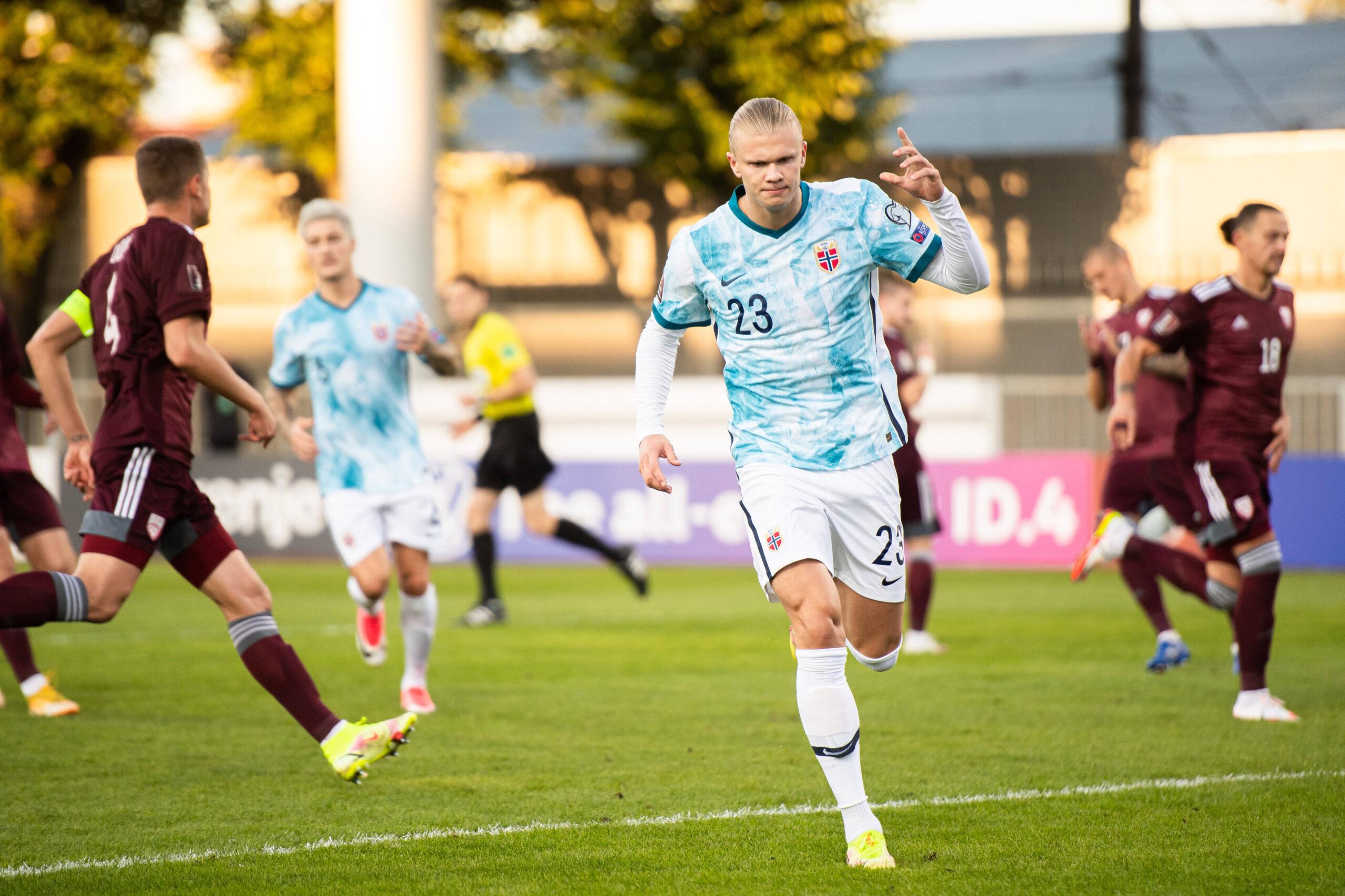 Haaland marca y junto a Noruega sueña con el Mundial. Foto: Imago
