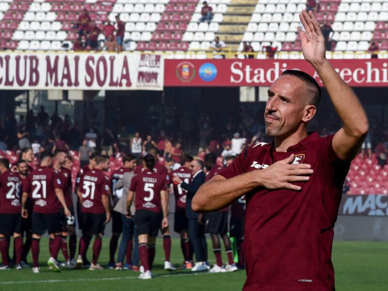 Franck Ribéry saluda durante su presentación como nuevo fichaje de la US Salernitana. Fuente: Imago Images
