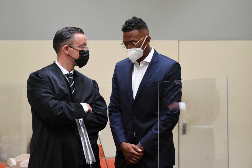 Jerome Boateng (derecha) y su abogado Kai Walden son vistos el día del juicio del futbolista. Foto: Christof STACHE / AFP