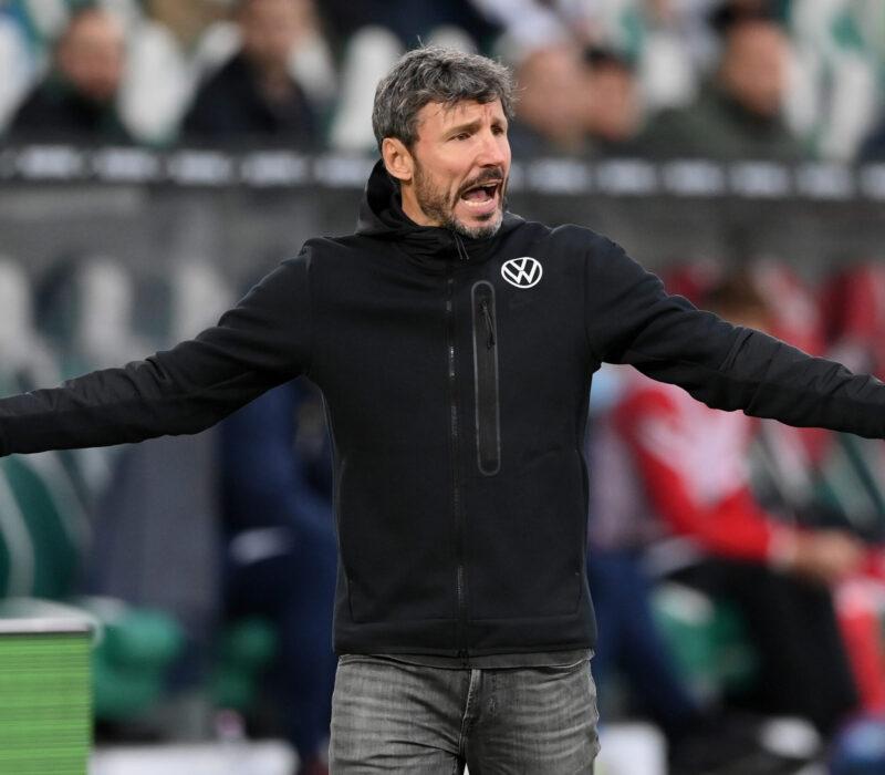 La cabeza de Van Bommel es la primera que rueda por los banquillos de la Bundesliga. Foto: Getty Images